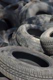 Pilha do pneu de borracha velho usado três Fotografia de Stock Royalty Free
