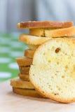 Pilha do pão do brinde do queijo no foco seletivo Fotografia de Stock