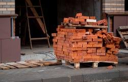 Pilha do tijolo vermelho na pálete fotografia de stock royalty free