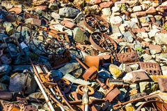 Pilha do vintage Rusty Iron Debris And Wheels na jarda de sucata Imagem de Stock