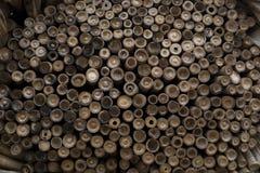 Pilha dos bambus vistos da extremidade cortada imagem de stock