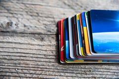 Pilha dos cartões de crédito no fundo de madeira Fotos de Stock Royalty Free