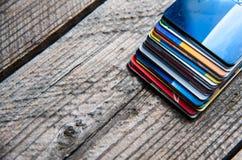 Pilha dos cartões de crédito no fundo de madeira Fotos de Stock