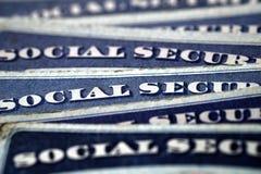 Pilha dos cartões de segurança social em seguido para a aposentadoria Fotos de Stock
