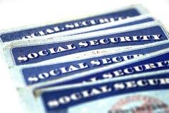 Pilha dos cartões de segurança social em seguido para a aposentadoria Foto de Stock