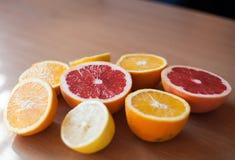 A pilha dos citrinos cortados e apronta-se espremendo Fotos de Stock Royalty Free