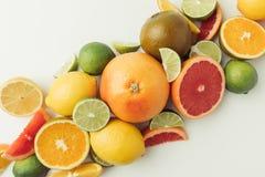 Pilha dos citrinos inteiros e das partes Imagens de Stock