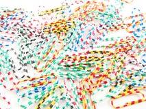 Pilha dos clipes de papel com fundo varicolored foto de stock