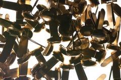 Pilha dos clipes de papel de bronze dos prendedores dos materiais de escritório sobre Imagem de Stock