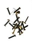Pilha dos clipes de papel de bronze dos prendedores dos materiais de escritório sobre Fotos de Stock