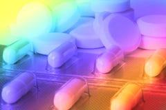 Pilha dos comprimidos na fantasia da cor com as cores psicadélicos que mostram a confusão ou a desorientação devido às drogas com Fotografia de Stock Royalty Free