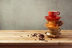 Pilha dos copos de café na tabela de madeira Fotografia de Stock