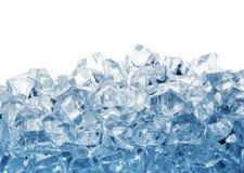 Pilha dos cubos de gelo tonificados no azul Fotografia de Stock Royalty Free