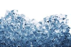 Pilha dos cubos de gelo tonificados no azul Imagem de Stock