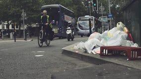 Pilha dos desperdícios em ruas inglesas filme