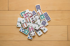Pilha dos dominós no assoalho de madeira imagens de stock