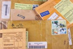Pilha dos envelopes imagens de stock