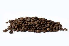 Pilha dos feij?es de caf? isolados no fundo branco foto de stock royalty free