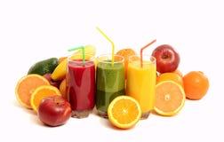 Pilha dos frutos e dos três vidros do suco fresco. Imagens de Stock