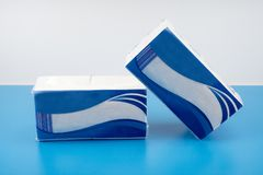 Pilha dos guardanapo de papel isolados no fundo branco Imagem de Stock
