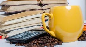 Pilha dos livros, da calculadora e do café Fotografia de Stock Royalty Free