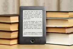 Pilha dos livros de papel com eBook Foto de Stock