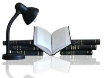 Pilha dos livros, do livro aberto e da lâmpada Fotografia de Stock Royalty Free