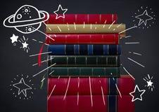 A pilha dos livros e do espaço branco rabisca contra o quadro da marinha Imagens de Stock Royalty Free