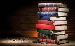 Pilha dos livros e dos vidros Fotografia de Stock Royalty Free