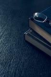 Pilha dos livros e dos vidros que simbolizam o conceito Imagens de Stock