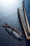 Pilha dos livros e dos vidros que simbolizam o conceito Imagem de Stock Royalty Free