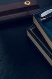 Pilha dos livros e dos vidros que simbolizam o conceito Fotografia de Stock