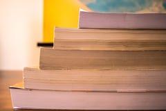 A pilha dos livros no close up de madeira da tabela - imagem imagens de stock
