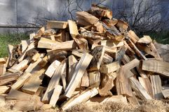 Pilha dos logs de madeira para fundos e texturas interessantes Para ideias criativas imagens de stock royalty free