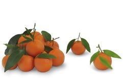 Pilha dos mandarino com as folhas do verde isoladas no fundo branco Imagens de Stock Royalty Free