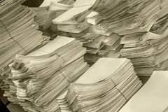 Pilha dos originais de papel no escritório Imagem de Stock