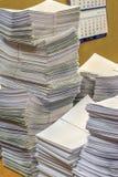 Pilha dos originais de papel no escritório Fotos de Stock