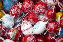 Pilha dos ovos da páscoa de cima como de um fundo Fotos de Stock Royalty Free