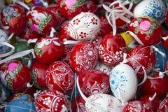 Pilha dos ovos da páscoa de cima como de um fundo Fotografia de Stock Royalty Free