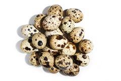 Pilha dos ovos de codorniz isolados no fundo branco foto de stock