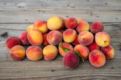 Pilha dos pêssegos Fruta madura dos pêssegos imagens de stock