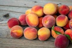 Pilha dos pêssegos Fruta madura dos pêssegos foto de stock royalty free