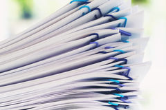 Pilha dos papéis organizados com clipes de papel Fotos de Stock Royalty Free