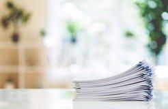 Pilha dos papéis organizados com clipes de papel Imagem de Stock