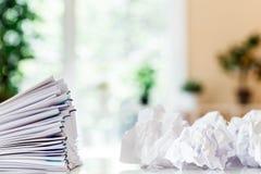 Pilha dos papéis organizados com clipes de papel Fotos de Stock