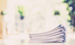 Pilha dos papéis organizados com clipes de papel Foto de Stock