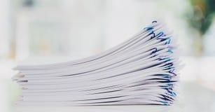 Pilha dos papéis organizados com clipes de papel Fotografia de Stock Royalty Free