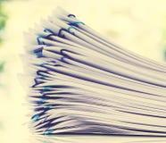 Pilha dos papéis organizados com clipes de papel Imagens de Stock