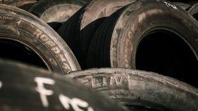 Pilha dos pneus na luz solar foto de stock