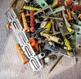 Pilha dos pregos, dos parafusos, das âncoras e da outra construção Fotos de Stock Royalty Free